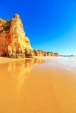 海滩在阿尔加威地区,葡萄牙 免版税库存照片