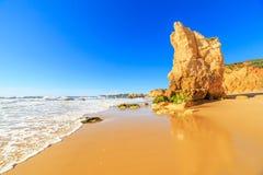 海滩在阿尔加威地区,葡萄牙 库存图片