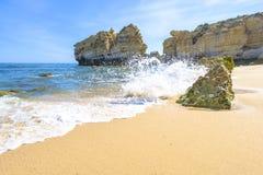 海滩在阿尔布费拉,葡萄牙 免版税库存图片