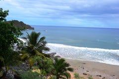 海滩在费尔南多・迪诺罗尼亚群岛 免版税库存照片
