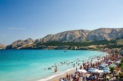 海滩在巴斯卡镇-海岛Krk,克罗地亚 免版税库存图片