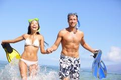 海滩在水笑的潜航的夫妇乐趣 免版税库存照片