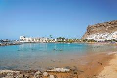 海滩在Puerto de Mogan。 免版税库存照片