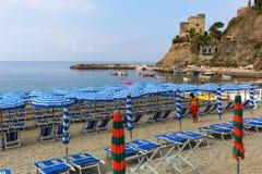 海滩场面在蒙泰罗索阿尔马雷,意大利 免版税库存图片