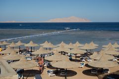 海滩场面度假胜地埃及Sharm El谢赫海湾 库存图片