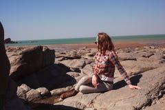 海滩坐的妇女年轻人 库存照片