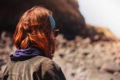 海滩坐的妇女年轻人 免版税图库摄影