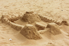 海滩城堡做沙子雕刻形状 免版税库存图片