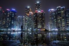 海洋城市的摩天大楼在釜山在晚上 库存图片