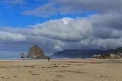 海滩大炮干草堆岩石 免版税库存照片