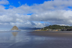 海滩大炮干草堆岩石 库存照片