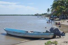 海滩天在热带村庄 库存照片