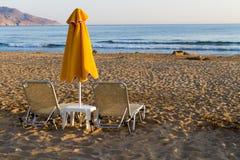 海滩太阳床和树荫unbrellas。 库存图片