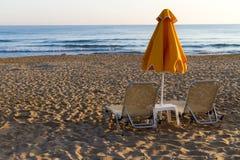 海滩太阳床和树荫unbrellas。 免版税库存照片