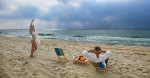 海滩夫妇休息 免版税库存照片