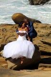 海滩夫妇愉快的年轻人 婚礼照片 库存照片
