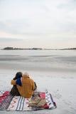 海滩夫妇成熟坐 库存图片