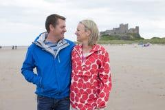 海滩夫妇成熟 免版税图库摄影