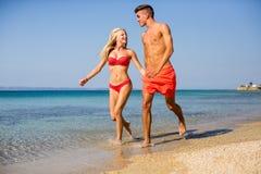 海滩夫妇放松的年轻人 免版税库存照片