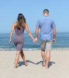海滩夫妇走的年轻人 库存照片