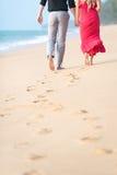 海滩夫妇走 免版税库存照片