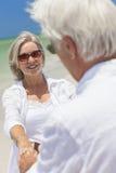海滩夫妇跳舞递愉快的藏品前辈 免版税库存图片