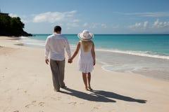 海滩夫妇递藏品走 免版税库存图片