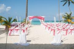 海滩夫妇结婚的pavillion坐的婚礼 免版税库存图片