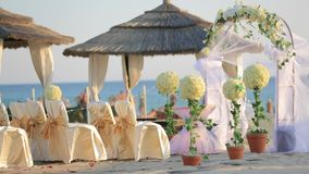 海滩夫妇结婚的pavillion坐的婚礼 影视素材