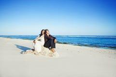 海滩夫妇结婚的pavillion坐的婚礼 图库摄影