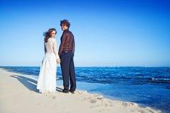 海滩夫妇结婚的pavillion坐的婚礼 库存图片