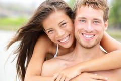 海滩夫妇-年轻愉快的夫妇画象 免版税库存图片