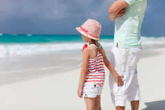 海滩女儿父亲 免版税库存照片