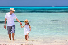 海滩女儿父亲 免版税库存图片