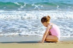 海滩女孩小孩 免版税库存图片