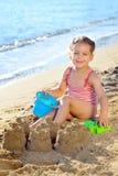 海滩女孩小孩 免版税库存照片