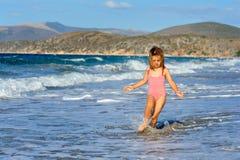 海滩女孩小孩 免版税图库摄影
