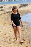 海滩女孩走的年轻人 免版税库存图片