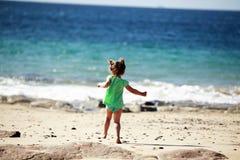 海滩女孩运行的一点 图库摄影