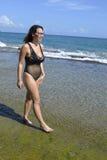 水海滩妇女自然走 免版税图库摄影