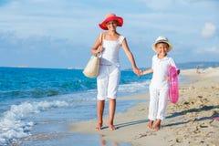 海滩孩子走 免版税库存照片