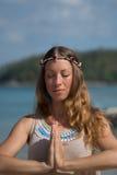 海滩实践的女子瑜伽年轻人 库存图片