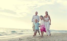 海滩家庭度假父母儿童放松概念 免版税库存照片