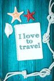 海洋对象和文本在笔记薄:我爱旅行 免版税库存照片