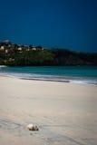 海滩小卵石在镇静天 图库摄影