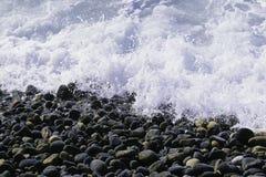 海滩小卵石 石头和水 免版税库存图片