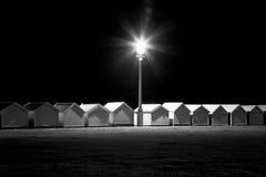 海滩小屋在晚上,被拉,东萨塞克斯郡,英国 免版税库存图片