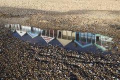 海滩小屋的Relection在Southwold海滩,萨福克,英国的 免版税库存图片