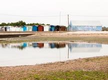 海滩小屋美好的场面与反射的在前面的水中 库存照片