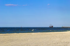 海滩小船海水挥动风景 免版税库存图片